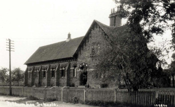 Totternhoe School in Castle Hill Road about 1910 [Z1306/127]